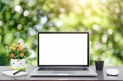 Ordinateur portable et tablette d'ordinateur avec le smartphone sur la table Images stock