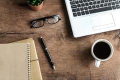 Ordinateur portable et tasse de café sur la vieille table en bois photographie stock libre de droits
