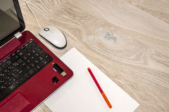 Ordinateur portable, feuille de papier et marqueur sur la table photos libres de droits