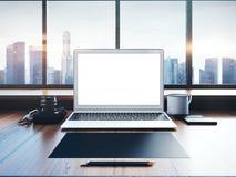 Ordinateur portable générique sur l'espace de travail avec panoramique Image libre de droits