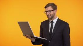 Ordinateur portable heureux de participation d'homme montrant des pouces, satisfait avec le nouveau travail de logiciel banque de vidéos
