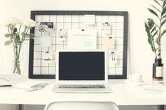 Ordinateur portable indépendant d'espace de travail sur un bureau aucun plan rapproché de vue de face de personnes Photos stock