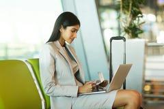 ordinateur portable indien de femme d'affaires Image stock