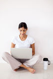 Ordinateur portable indien de fille Image stock
