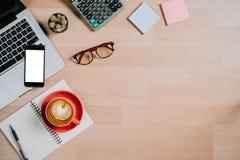 Ordinateur portable, lunettes, calculatrice, bloc-notes, carnet, smartphone et tasse de café sur le bureau avec l'espace de copie Image stock