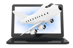Ordinateur portable moderne avec la bande dessinée Toy Jet Airplane Flying  Photographie stock libre de droits