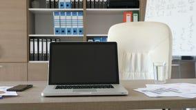 Ordinateur portable moderne dans le bureau vide sur un bureau banque de vidéos