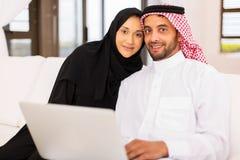 Ordinateur portable musulman de couples Image libre de droits