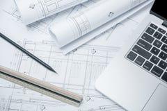 Ordinateur portable noir de crayon et d'ordinateur sur le papier de dessin architectural photo libre de droits