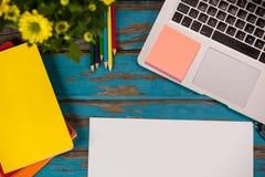 Ordinateur portable, notes collantes, journaux intimes, crayons de couleur, fleurs et page vide Photographie stock