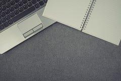Ordinateur portable ou carnet et note sur la table de fonctionnement avec la copie Image libre de droits
