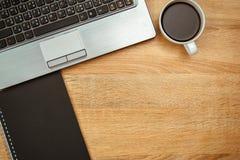 Ordinateur portable ou carnet, note et tasse de café sur travailler t Photographie stock
