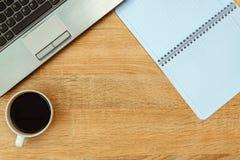 Ordinateur portable ou carnet, note et tasse de café sur travailler t Photos libres de droits