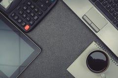 Ordinateur portable ou carnet, note et tasse de café sur travailler t Photos stock