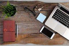 Ordinateur portable ouvert, téléphone intelligent, verres, carnet et clés Concept d'espace de travail Photos stock