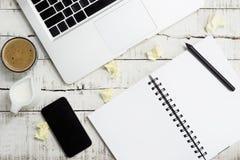 Ordinateur portable plat, smartphone, bloc-notes avec le cofee et lait de configuration Photos libres de droits