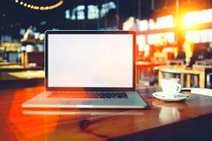 Ordinateur portable portatif avec l'écran de l'espace de copie pour votre message textuel ou contenu promotionnel Image libre de droits