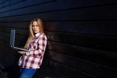 Ordinateur portable portatif de jeune utilisation à la mode d'étudiant sur le campus Photographie stock libre de droits