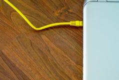 Ordinateur portable reli? au c?ble d'Ethernet photos stock