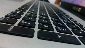 Ordinateur portable sophistiqué marqué de clavier dans ma maison Images libres de droits