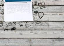 Ordinateur portable sur de vieilles icônes extérieures et sociales en bois Photo libre de droits