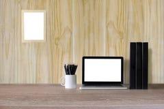 Ordinateur portable sur l'espace de travail et les fournitures de bureau Images libres de droits