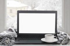 Ordinateur portable sur la fenêtre d'hiver Image libre de droits