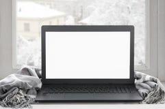 Ordinateur portable sur la fenêtre d'hiver Photo libre de droits