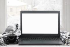 Ordinateur portable sur la fenêtre d'hiver Image stock