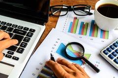 Ordinateur portable sur la feuille de calcul de bureau de bureau et d'analyse de graphique photographie stock libre de droits