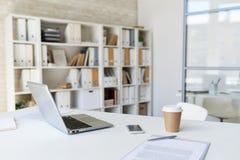 Ordinateur portable sur le bureau dans le bureau moderne Photo stock