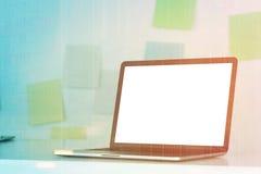 Ordinateur portable sur le bureau, notes collantes, modifiées la tonalité Image libre de droits