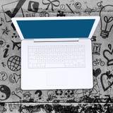 Ordinateur portable sur le plancher en béton avec de diverses icônes sociales Images libres de droits