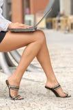Ordinateur portable sur les genoux Images libres de droits
