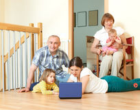 Ordinateur portable sur plusieurs générations heureux de famille ensemble à la maison Photos libres de droits