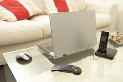 Ordinateur portable sur une table en verre Photo stock