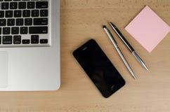 Ordinateur portable, téléphone et notes Images libres de droits