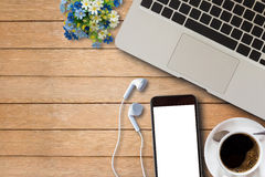 Ordinateur portable, téléphone intelligent et tasse de café sur en bois Photo libre de droits