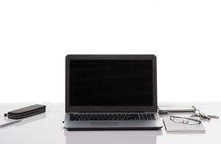 Ordinateur portable, téléphone, stylo, bloc-notes, verres Photos stock