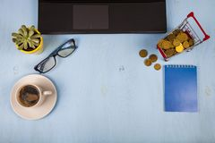 Ordinateur portable, verres, café, pièces de monnaie et une usine Images libres de droits