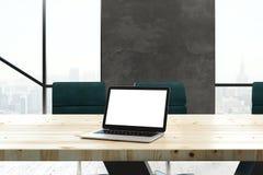 Ordinateur portable vide dans la salle de réunion Image libre de droits