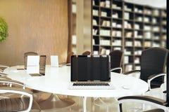 Ordinateur portable vide sur la table de conférence Images stock