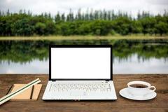 Ordinateur portable vide sur la table en bois Image libre de droits