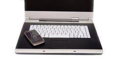 Ordinateur portatif à extrémité élevé et smartphone moderne là-dessus. Photo libre de droits