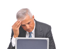 ordinateur portatif âgé d'homme d'affaires semblant moyen au-dessus du dessus photographie stock