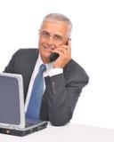 ordinateur portatif âgé d'homme d'affaires semblant moyen au-dessus du dessus Photos stock