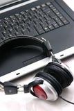Ordinateur portatif, écouteurs Photographie stock libre de droits