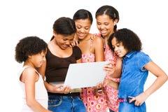 ordinateur portatif américain aafrican d'amis utilisant Photo libre de droits