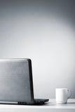 Ordinateur portatif avec la cuvette blanche Image stock