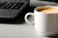 Ordinateur portatif avec la cuvette de café Images libres de droits